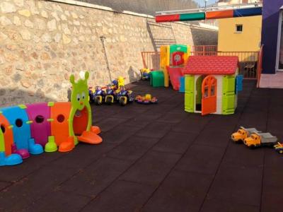 El Ayuntamiento de Archena equipa un nuevo patio en las instalaciones de la Escuela infantil Colorines para los alumnos de 2 años