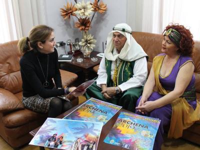 La Alcaldesa recibe a una representación de lafiestade Moros y Cristianos de Archena