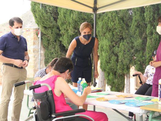 El Ayuntamiento cede un local a la Asociación de Personas con Discapacidad (ADIVAR) y regala a sus integrantes entradas a la Piscina