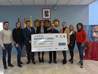 La Alcaldesa entrega a Cáritas-Archena el dinero recaudado en la fiesta benéfica organizada con motivo de la DANA