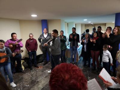 Los usuarios del Centro Arzhenia Archena y los monitores y alumnos de la Escuela de Navidad reciben la felicitación de la Alcaldesa