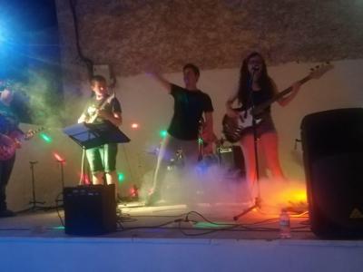 La actuación del grupo archenero 'Bon Joni' cerró la primer jornada de las fiestas patronales del barrio de El Hurtado