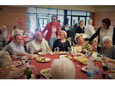 Comida de convivencia organizada por el Centro dePersonas MayoresdelIMAS, que contó con la asistencia de la Alcaldesa y varios concejales del Equipo de Gobierno