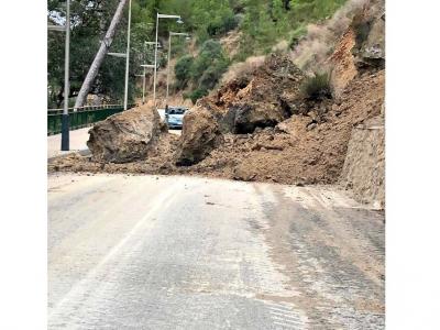 La carretera de acceso principal al Balneario de Archena cerrada por un desprendimiento de rocas y tierra de la montaña