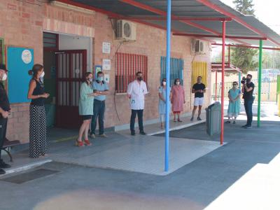 La Alcaldesa asiste al simulacro de entrada y salida a un colegio en la preparación de la vuelta al cole