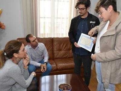 Ana Cristina Martínez Córcoles yJesús López Asís, alumnos de administración y finanzas en prácticas, presentan su estudio sobre la evolución del paro enArchena